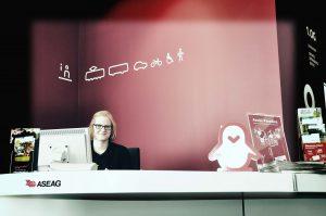 Hannah am Serviceschalter im ASEAG-Kunden-Center.