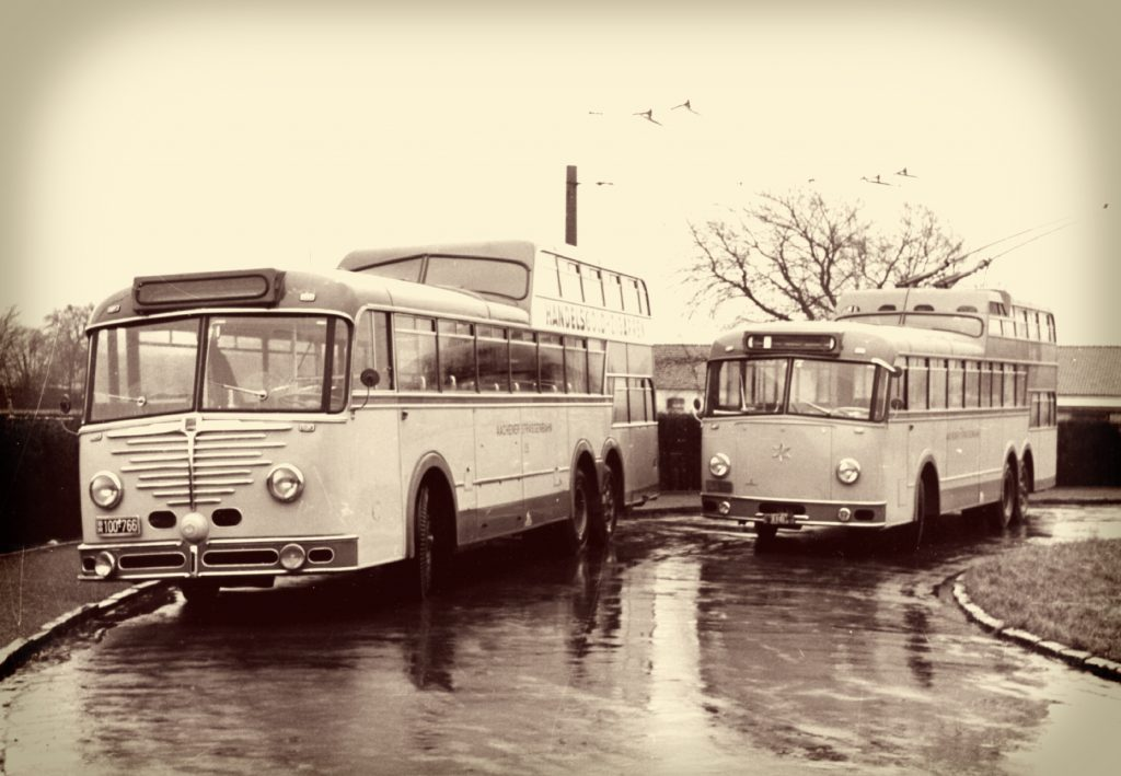 Der Anderhalbdecker O-Bus vor dem Turniergelände.
