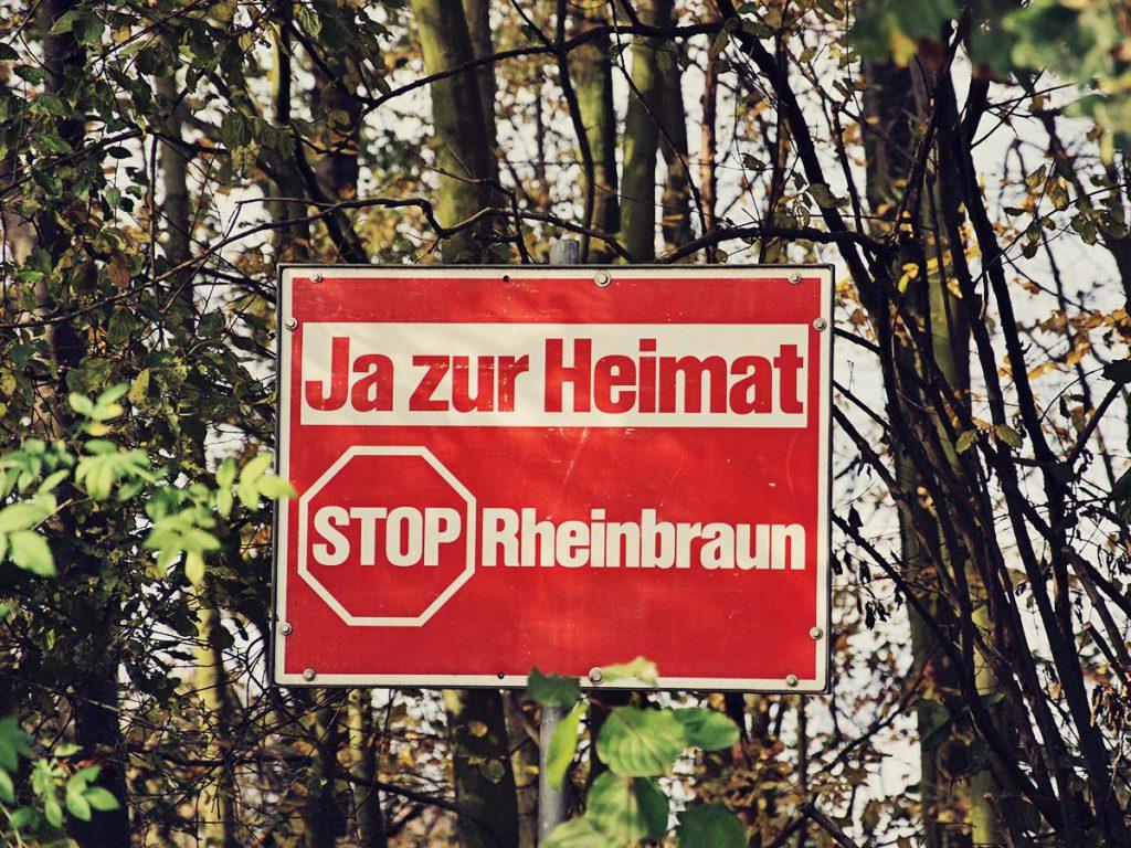 """Schild """"Ja zur Heimat""""."""