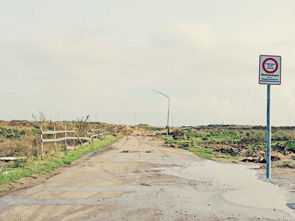 Strasse endet am Tagebauloch.