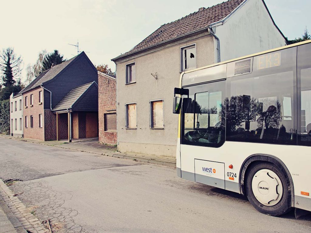 Der Bus rollt durch Borschemich.