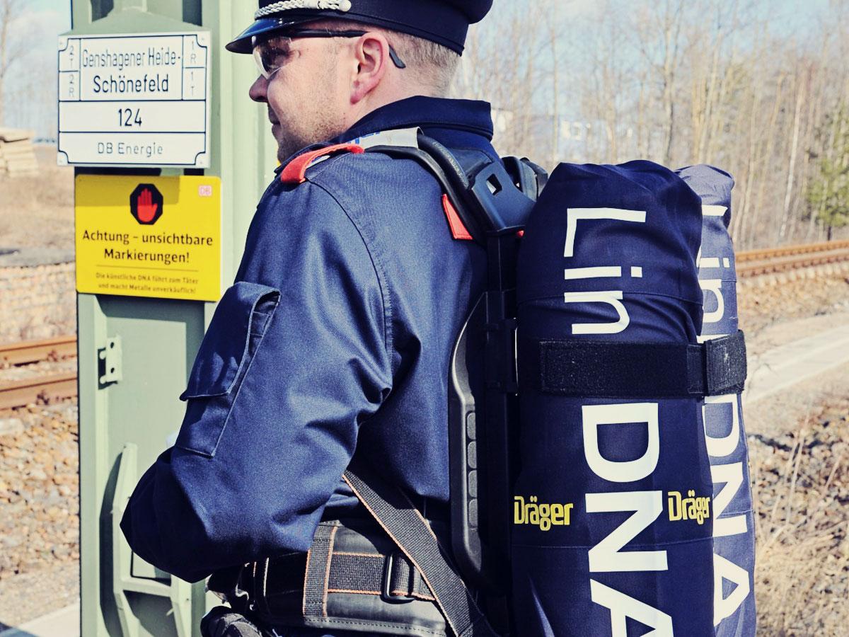 DNA erschweren Buntmetalldiebstahl, Mitarbeiter von DB Sicherheit.
