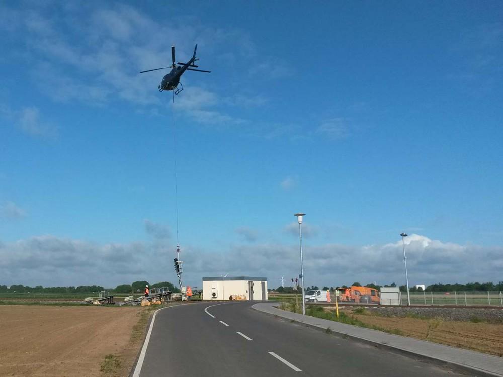 Ein Hubschrauber schwebt über dem Haltepunkt St. Jöris.