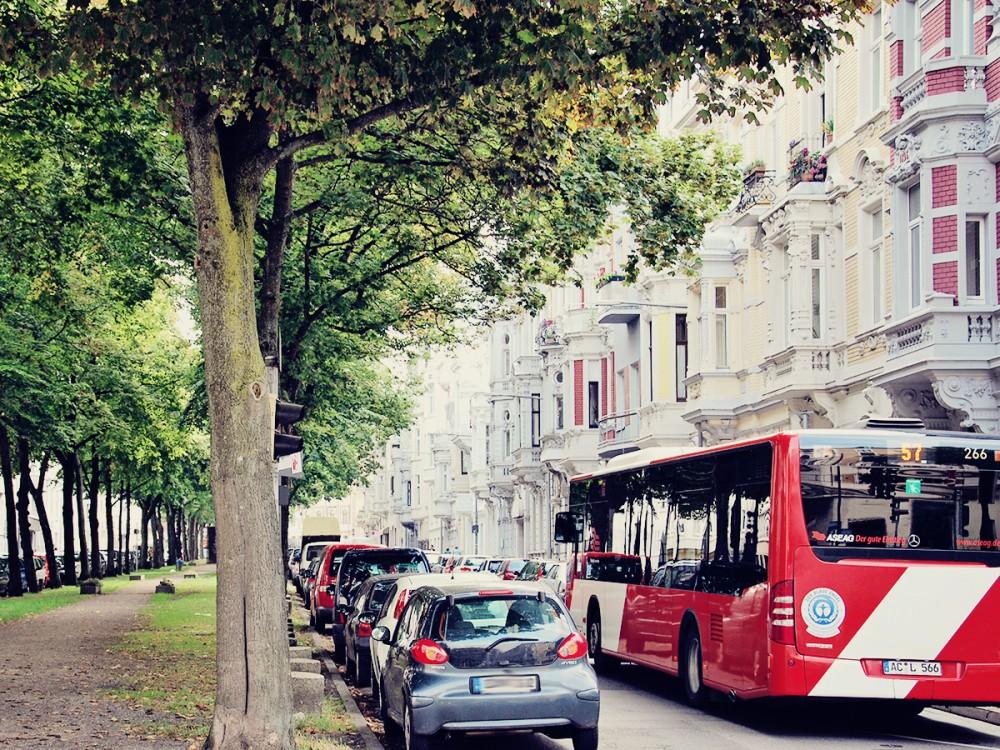 Ein Bus im dichten Stadtverkehr in Aachen.