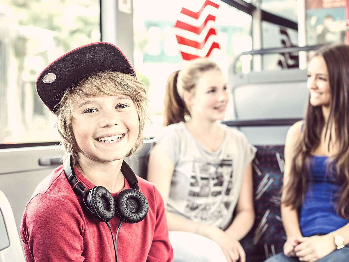 Junge im Bus