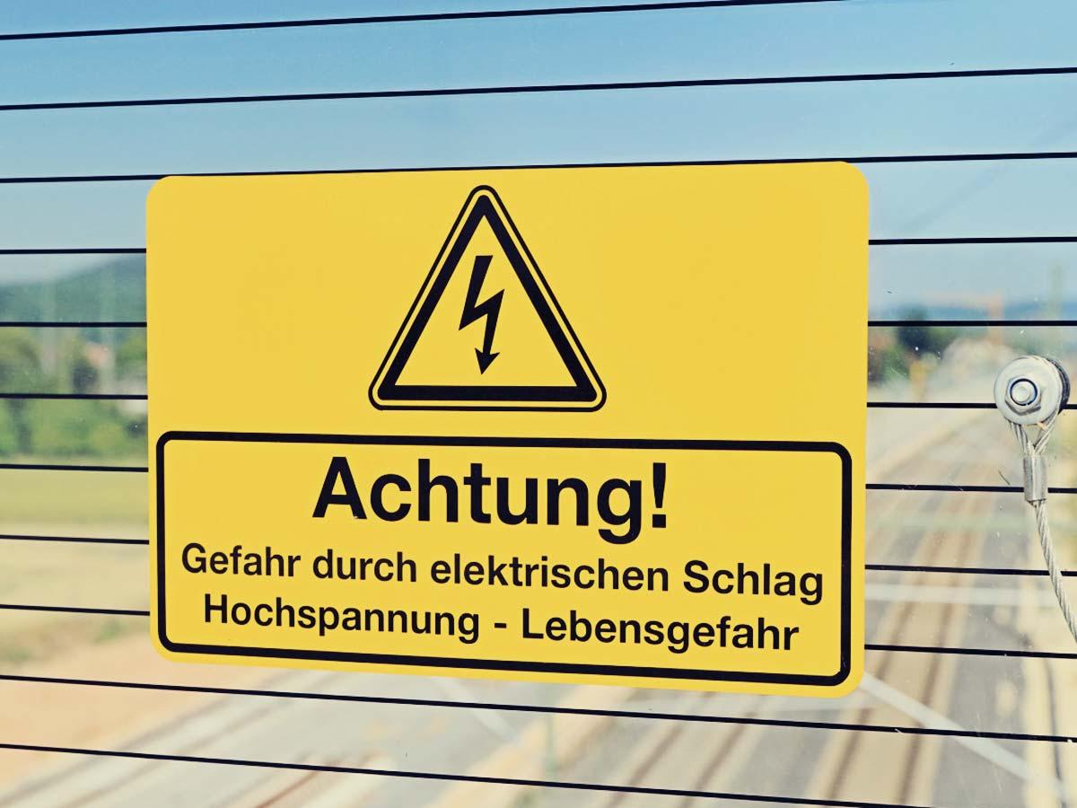 Warnschild vor Hochspannung.