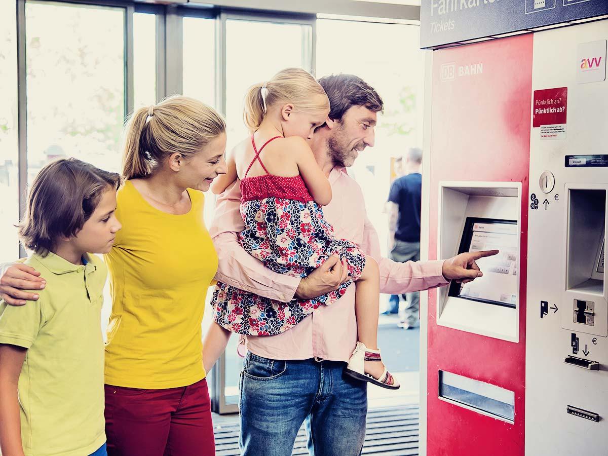 Fahrgäste beim Ticketkauf am Automaten.