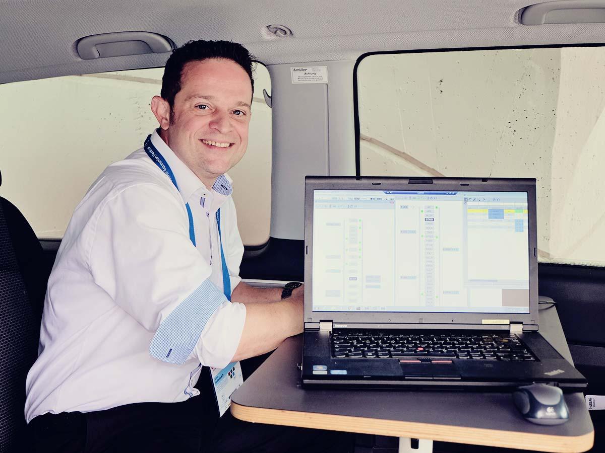 Sander Lutterbach im Einsatzwagen mit dem Rechner, der den jeweiligen Standort der eingesetzten Busse zeigt.