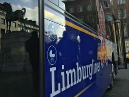 Arrivabus vor dem Theater Aachen.