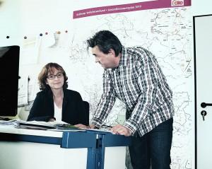 Birgit und Juan in der Abteilung Leistungsangebot und Rahmenplanung des AVV.
