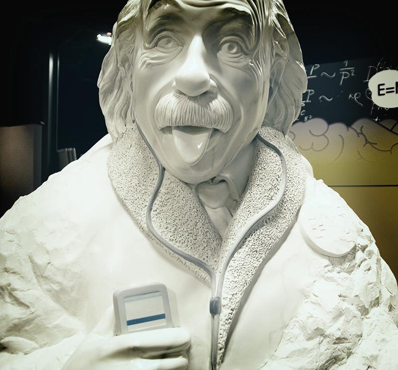 Eine Büste Einsteins mit einem iPod.