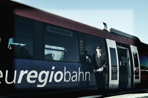 Günter vor einem Triebwagen der euregiobahn.