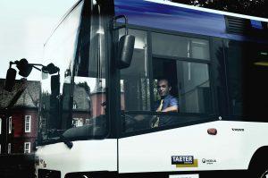 Arsim steuert einen Bus durch Alsdorf.