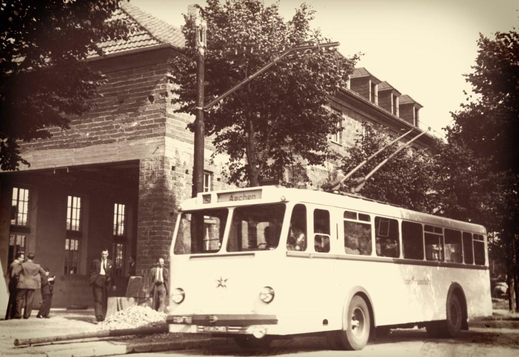 Ein O-Bus im Jahr 149 vor der Wagenhalle in Baesweiler.