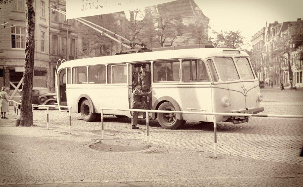 Ein O-Bus am Kaiserplatz 1949.