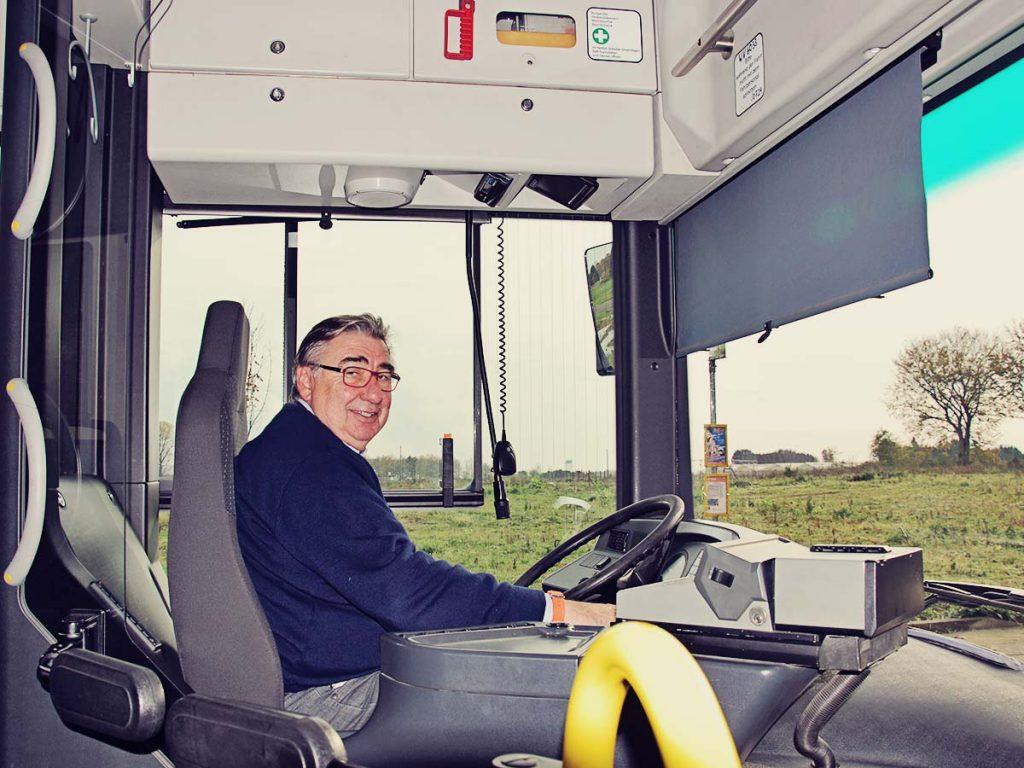 Franz-Josef Classen am Steuer seines Busses.