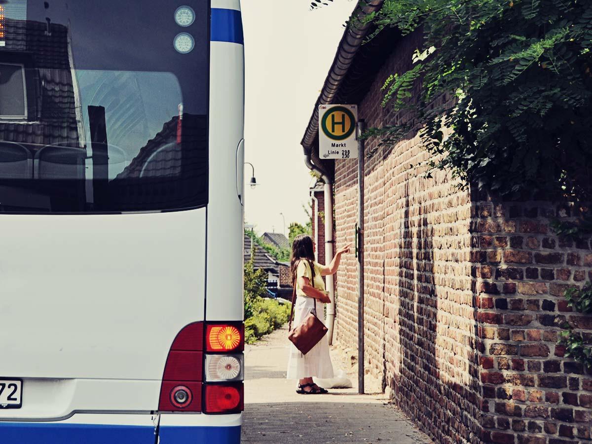 Ein Bus an der Haltestelle.
