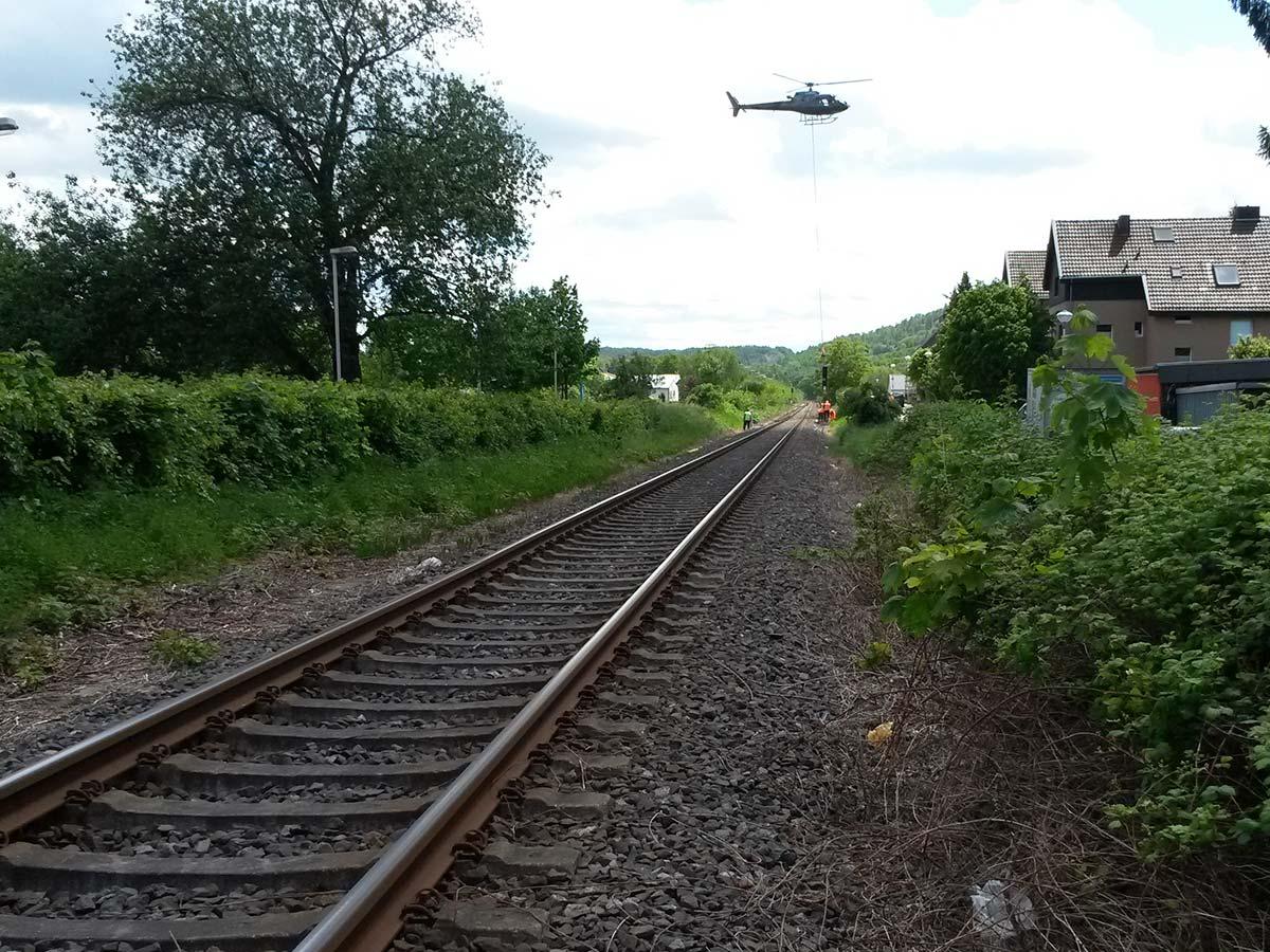 Der Hubschrauber über den Gleisen.