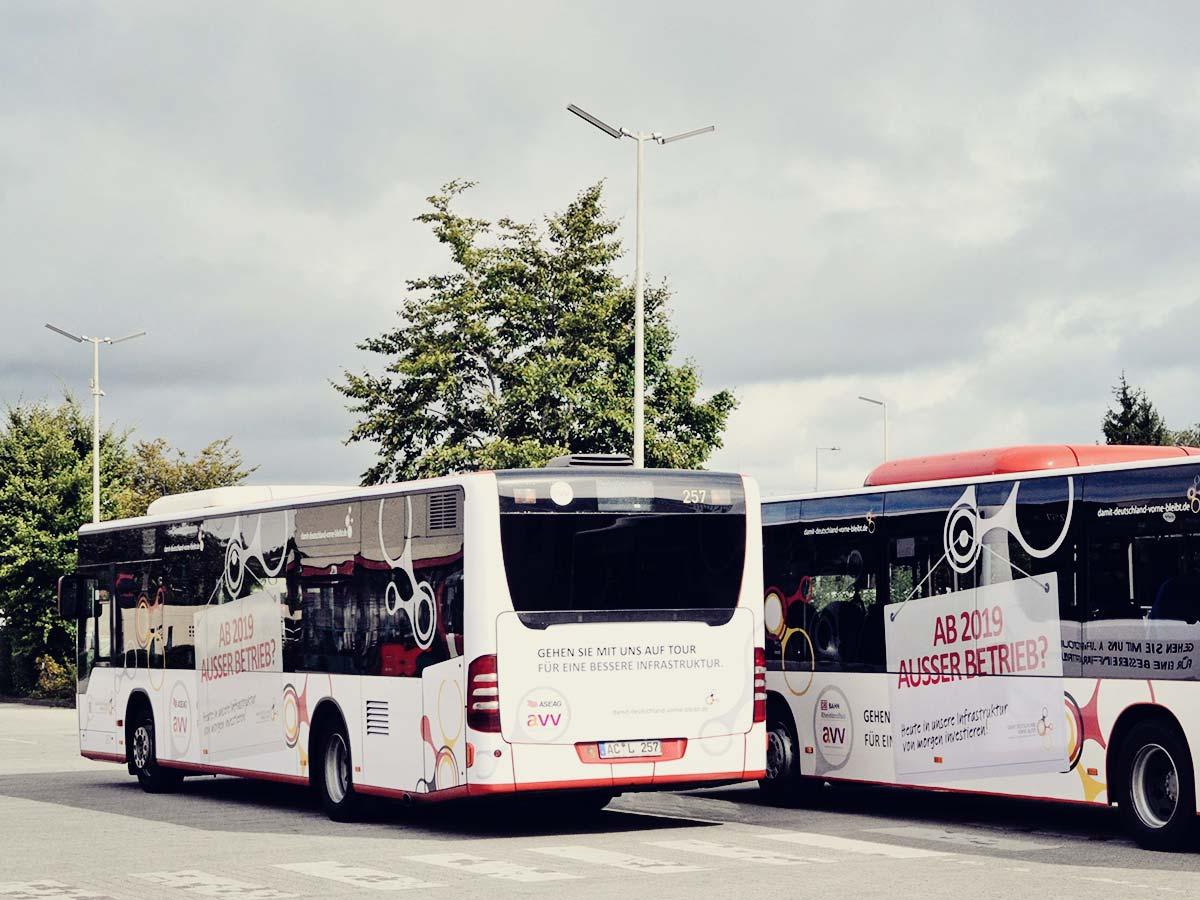 Die beiden beklebten Aktionsbusse