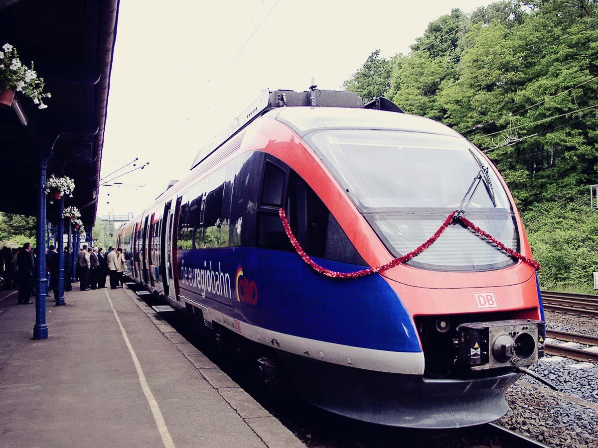 euregiobahn festlich geschmückt in Stolberg Hbf