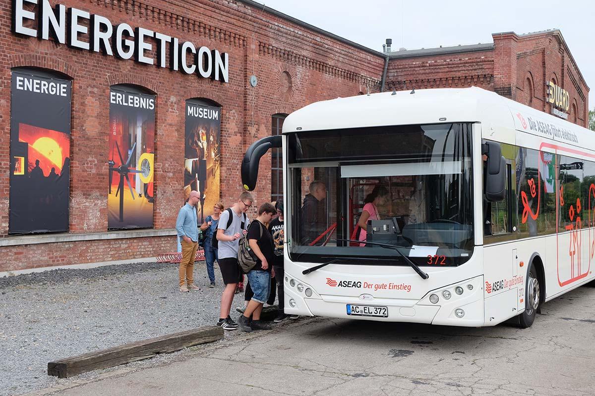 Schüler steigen vor dem Energeticon in den ASEAG-Elektrobus