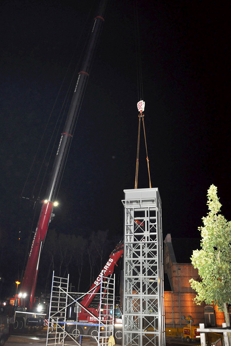 Der Aufzugturm hängt am Kran