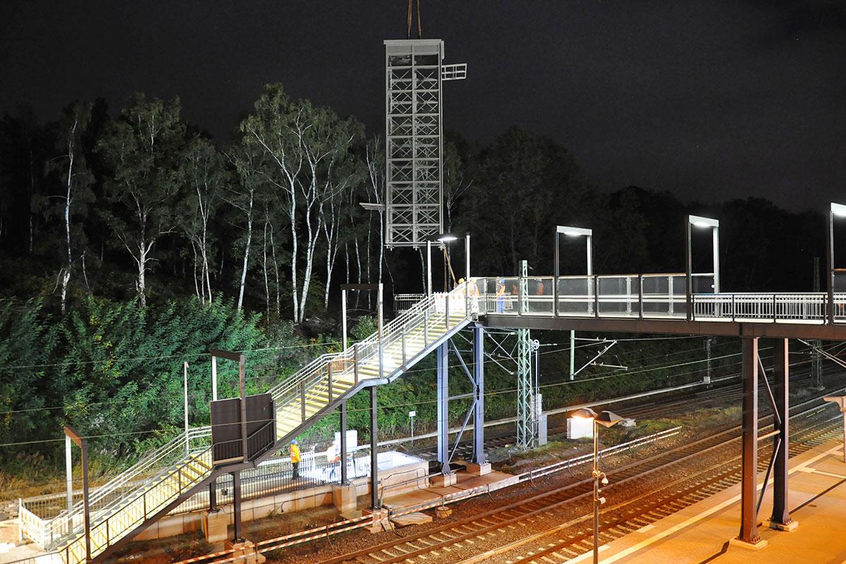 Der Turm wird über die Gleise gehieft