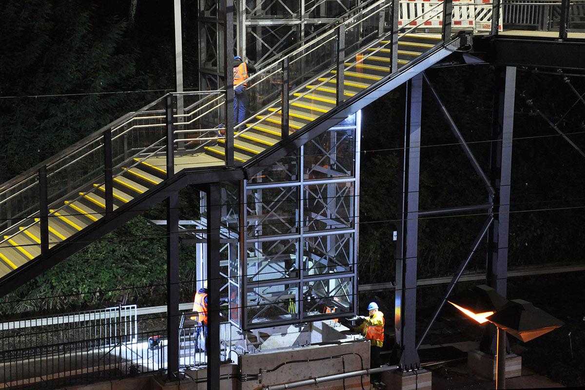 Der Aufzugtum wird auf das Fundament gesetzt